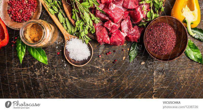 Fleischwürfel mit Kräutern, Gewürzen und Gemüse Gesunde Ernährung Leben Essen Foodfotografie Stil Hintergrundbild Lebensmittel Design frisch Glas