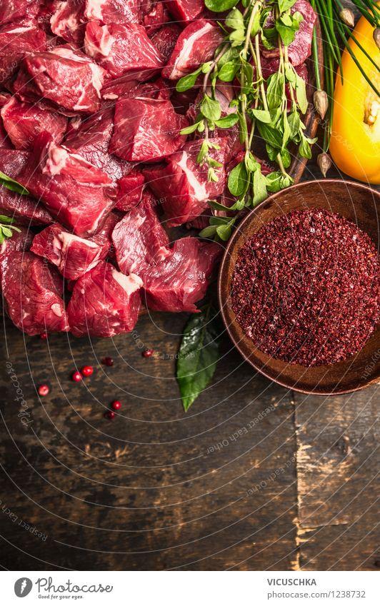 Fleischwürfel , Kräuter und Gewürze auf dem Holztisch Gesunde Ernährung Leben Stil Hintergrundbild Lebensmittel Design Tisch Kochen & Garen & Backen