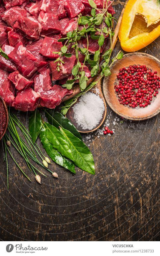 Fleischwürfel mit frischen Kräutern, Salz und Pfeffer Gesunde Ernährung Leben Stil Essen Hintergrundbild Foodfotografie Lebensmittel Design Tisch