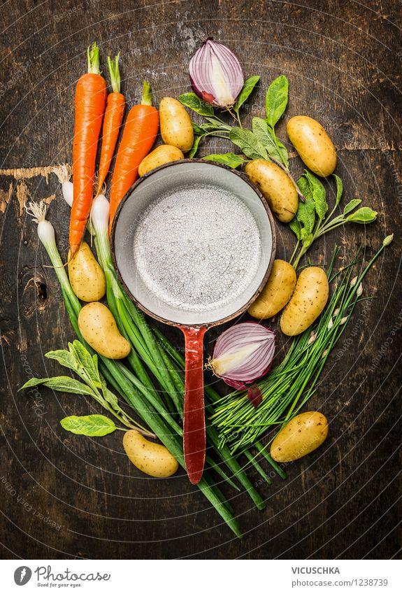 Frisches Gemüse aus dem Garten und alte Topf Lebensmittel Kräuter & Gewürze Ernährung Mittagessen Abendessen Festessen Bioprodukte Vegetarische Ernährung Diät