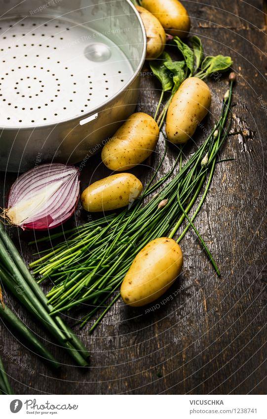 Junge Kartoffeln auf Holztisch zubereiten Gesunde Ernährung gelb Leben Stil Lebensmittel Design Tisch Kräuter & Gewürze Küche neu Gemüse Bioprodukte Stillleben