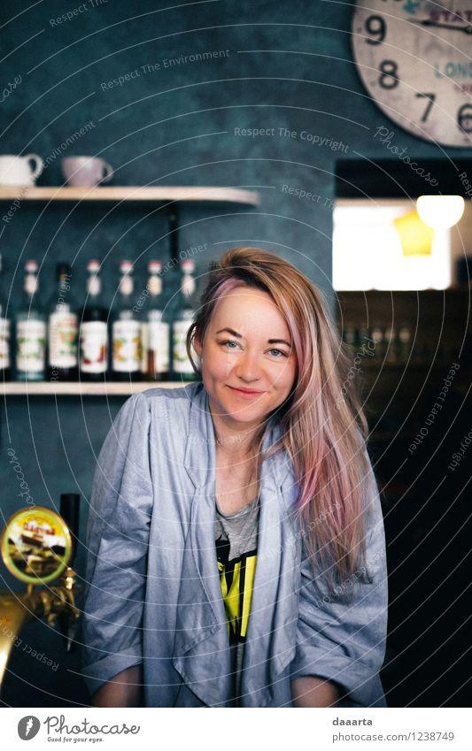 süßes süßes Mädchen Lifestyle elegant Stil Freude Leben harmonisch Erholung Freizeit & Hobby Freiheit Restaurant Bar Cocktailbar Flirten Haare & Frisuren