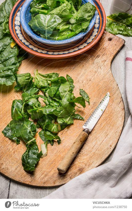 Mangold kochen Lebensmittel Gemüse Salat Salatbeilage Ernährung Mittagessen Abendessen Bioprodukte Vegetarische Ernährung Diät Teller Schalen & Schüsseln Messer