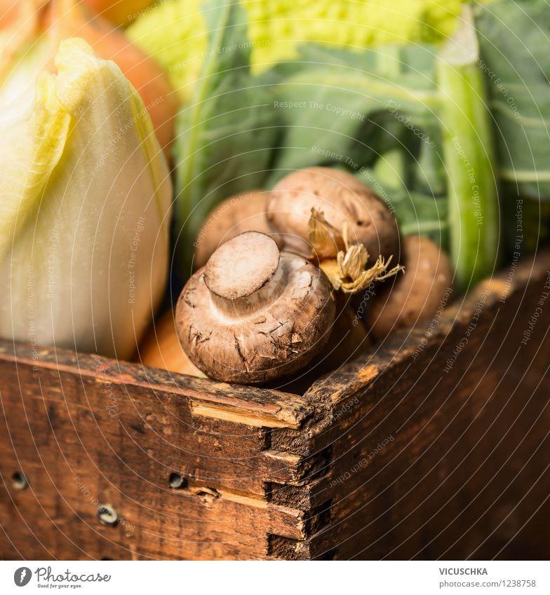 Champignons mit Gemüse in alter Holzkiste Natur Gesunde Ernährung Leben Stil Foodfotografie Garten Lebensmittel Design Bioprodukte Pilz altehrwürdig Diät
