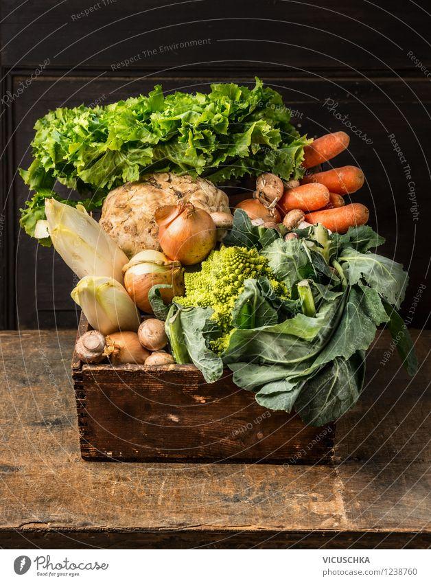 Alte Holzkiste mit Garten Gemüse Natur Sommer Gesunde Ernährung Leben Stil Lebensmittel Design Bioprodukte Abendessen Diät Holztisch Vegetarische Ernährung