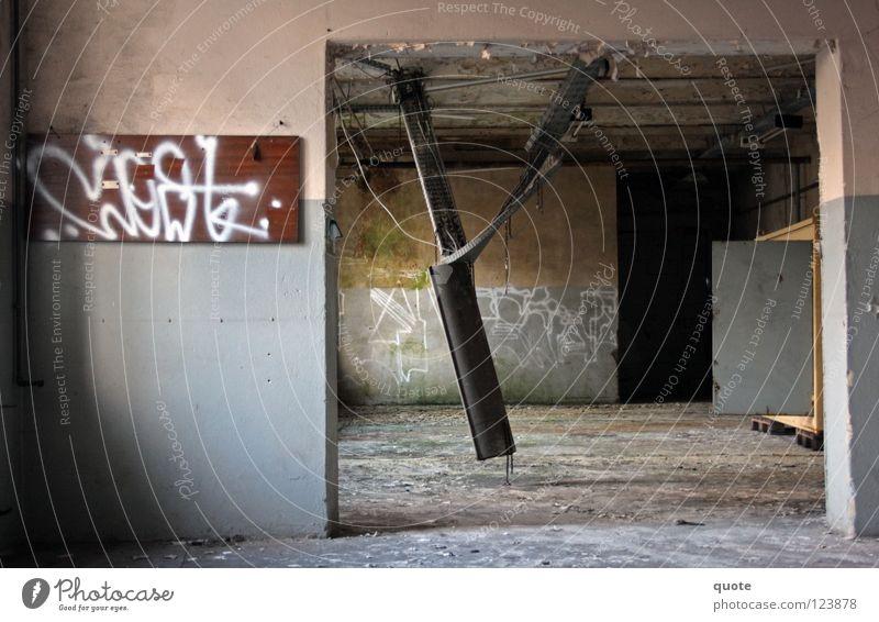 Hanging Light alt Einsamkeit Lampe Graffiti Metall Industriefotografie Fabrik kaputt Bodenbelag Gleise verfallen Geometrie Zerstörung Schrott Bayern