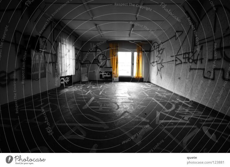 Inscriptions weiß schwarz Einsamkeit dunkel Graffiti Raum orange leer geheimnisvoll verfallen Zerstörung Aufschrift Vandalismus selektiv beschmiert Runen