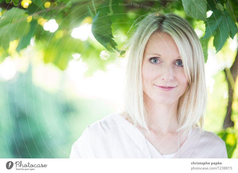 Sommerporträt feminin Junge Frau Jugendliche Gesicht 1 Mensch 18-30 Jahre Erwachsene 30-45 Jahre Schönes Wetter Pflanze Blatt Grünpflanze blond Blick hell schön