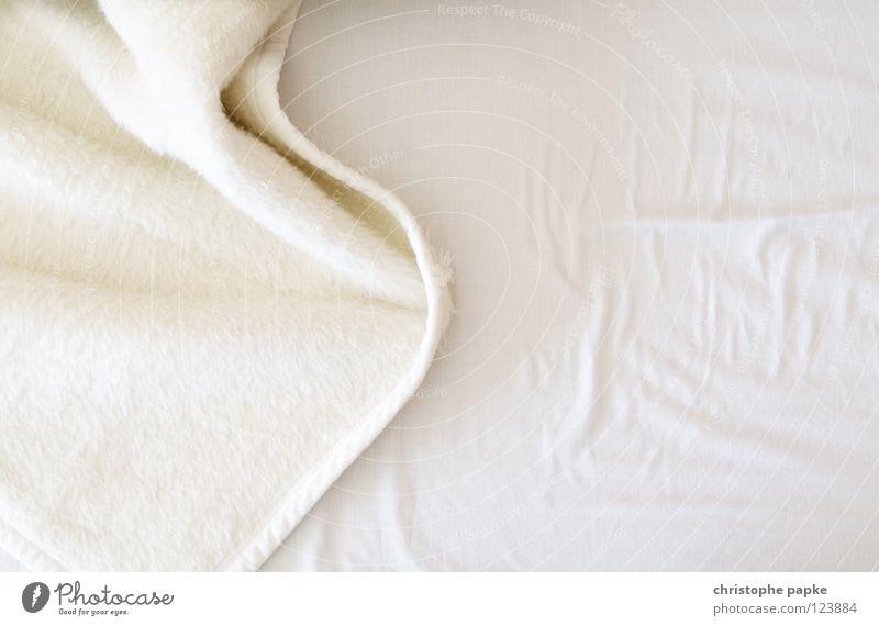 Lotterbette hell Sauberkeit Bett Bettwäsche Falte Möbel Decke Geborgenheit gemütlich Textilien kuschlig Bettdecke unordentlich Faltenwurf wellig zerzaust
