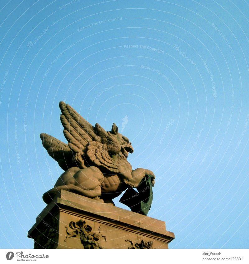 greif Himmel blau rot Berlin Brücke Statue Denkmal historisch Wahrzeichen Bildhauer Greifvogel Hauptbahnhof Bundeskanzler Amt