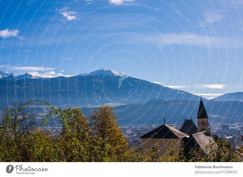Stadt und Berg Himmel Natur blau Pflanze grün Baum Haus Umwelt Berge u. Gebirge gelb Herbst Gebäude orange Aussicht Kirche