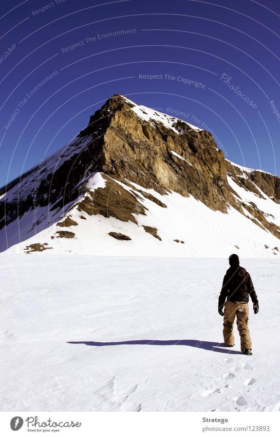 So nah und doch so fern Frau Fußspur Winter kalt Bergsteigen alpin wandern gehen Spaziergang Gipfel Gipfelkreuz Ende aufsteigen transpirieren Schweiß Schweiz