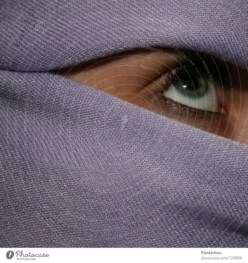 Lila Mumie Wachsamkeit Pupille Wimpern violett umwickelt skeptisch Vorsicht Wimperntusche Kajal weiß grün Zwinkern langsam Blick Frau Auge Regenbogenhaut Linse