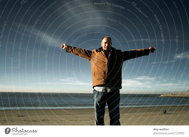 Frei sein ... Wohlgefühl genießen Mann Kerl Meer Strand Küste Wolken Horizont Wellen Licht blenden Himmel Natur Freiheit Ferne Erholung Mensch arme ausbreiten