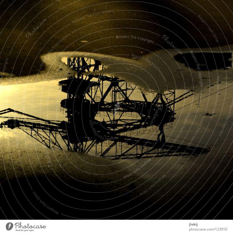 Digger Bagger Kran Macht Koloss Stahl Beton Pfütze Ausleger Verkehrswege Sonnenstrahlen Sonnenuntergang Reflexion & Spiegelung dunkel Handwerk streben Maschine