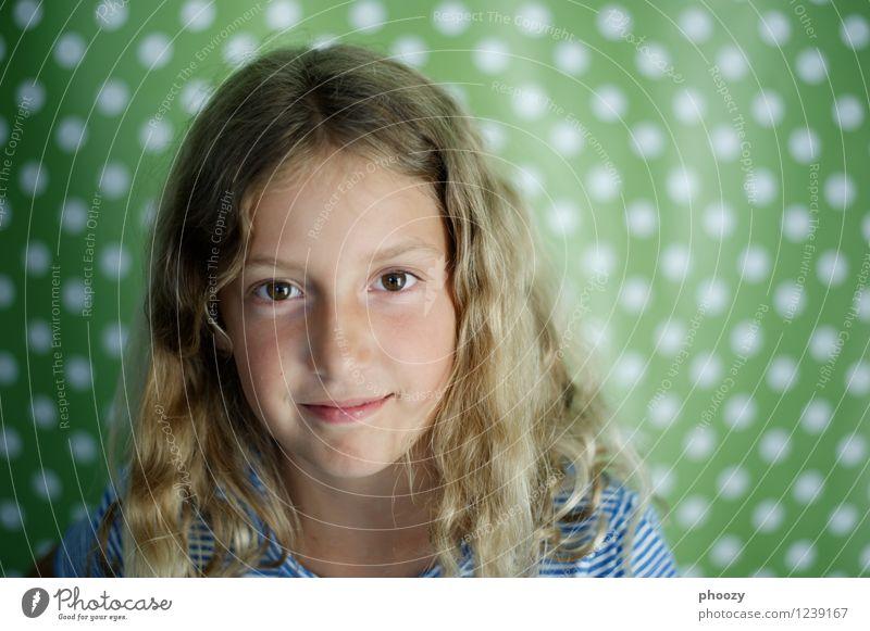 gepunktet 1 Kindererziehung feminin Mädchen Kindheit Kopf Haare & Frisuren Auge Mensch 8-13 Jahre Scheitel blond schön grün Zufriedenheit Farbfoto Innenaufnahme