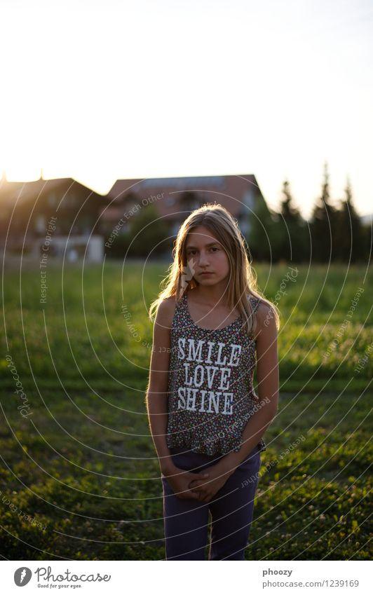 Smile, Love, Shine Stil Kind Mädchen 1 Mensch 13-18 Jahre Jugendliche Mode T-Shirt stehen dünn Farbfoto Textfreiraum oben Abend Gegenlicht Blick in die Kamera