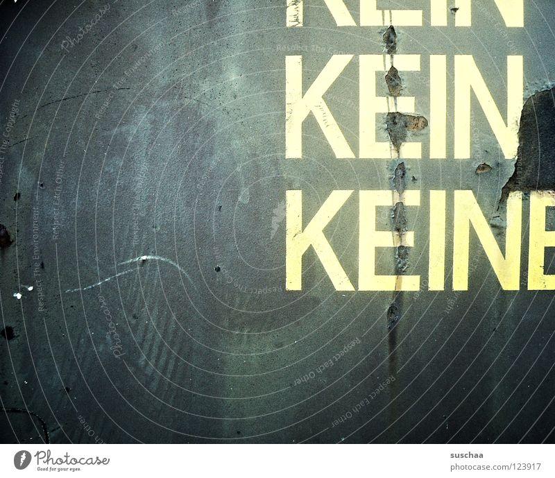 keiner hat mich lieb .. (oder doch?) Verbote Dose kalt Trauer Einsamkeit Tiefpunkt Liebeskummer Verzweiflung Buchstaben Schriftzeichen leergut Flasche