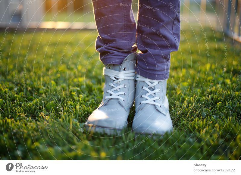 breitspurig. Sommer feminin Mädchen 8-13 Jahre Kind Kindheit Sonne Gras Schuhe Stiefel grau grün violett Farbfoto