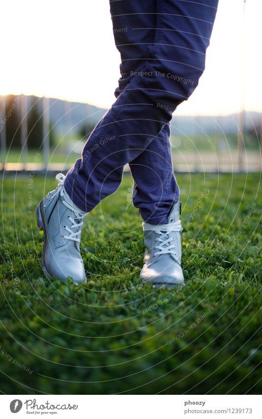 Schdiefel Stil feminin Mädchen Beine Fuß 1 Mensch 8-13 Jahre Kind Kindheit Hose Schuhe Stiefel stehen grün violett Erholung Gelassenheit Kontrolle Farbfoto