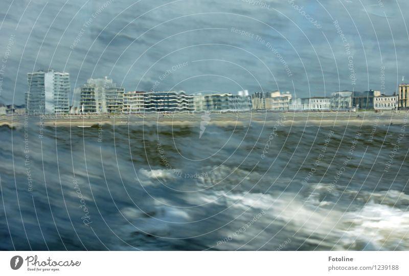 Wellengang vor Norderney Umwelt Natur Urelemente Wasser Himmel Küste Strand Nordsee Meer Skyline Haus Gebäude Ferne nass natürlich wild Sturm Farbfoto