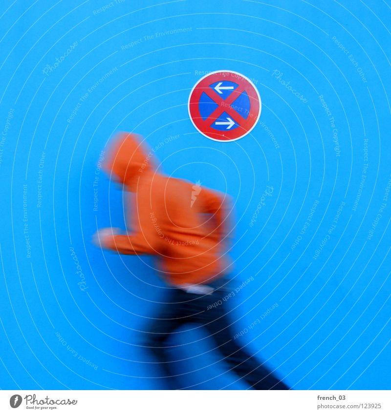 28 ::::::::: Mama, aus mir wird nix mehr Mensch Mann Jugendliche blau weiß schön rot Farbe Wand Bewegung Mauer Beine orange Deutschland gehen Arme