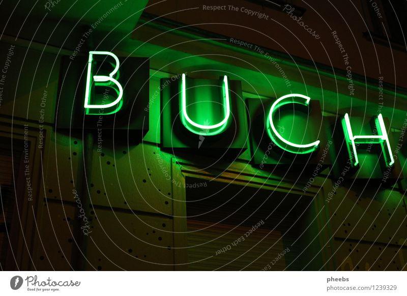 buch Buch Leuchtbuchstabe Neonlicht Beleuchtung Nacht hell dunkel Abend Kontrast grün leuchten Buchstaben