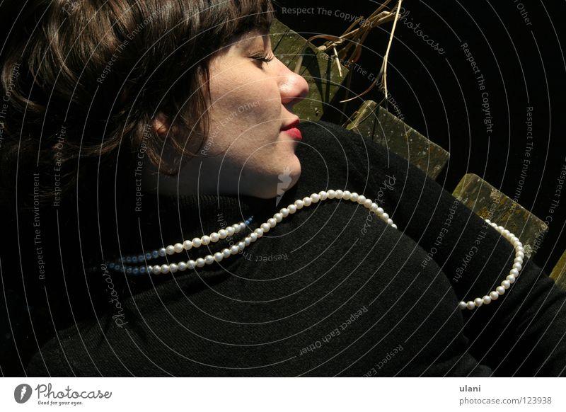 Mit der Perlenkette Frau Freude Holz schlafen Vertrauen Holzfußboden Junge Frau