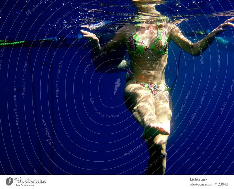 kopf über II Frau blau Wasser Ferien & Urlaub & Reisen Meer Freude Farbe Gesundheit Schwimmen & Baden Wellen Freizeit & Hobby Haut Perspektive tauchen Sonnenbad