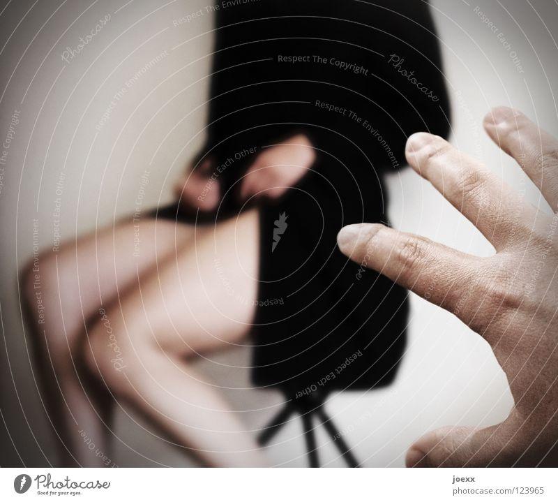 Zugriffsverletzung Lücke Angriff Angst anziehen entkleiden Eingriff Frau Gier nackt Hand Mann Männerhand verweigern Wunsch Würde Panik Beine beschämt