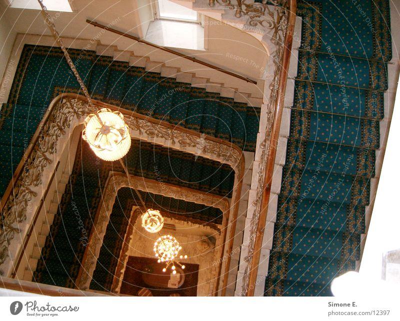 Blaue Stufen Hotel Wien Kronleuchter Architektur Treppe blauer Teppich 4. Etage
