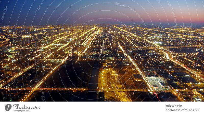 Chicago by Night hell Beleuchtung Amerika Stadt Vogelperspektive Nacht Abend dunkel Licht Straßenbeleuchtung Lampe Verlauf Horizont Smog Sonnenuntergang