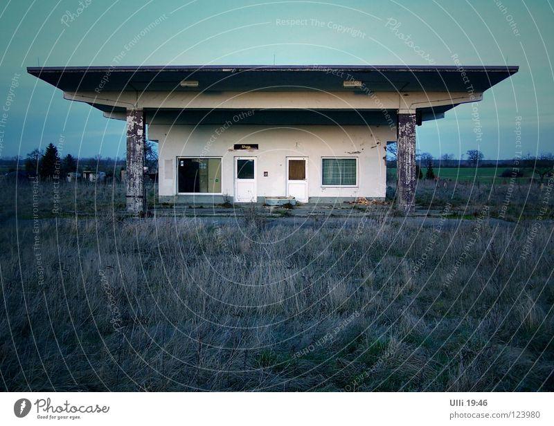 Vorübergehend geschlossen! Himmel Einsamkeit Ferne dunkel Gras Architektur Gebäude Traurigkeit Beton leer kaputt trist Industrie verfallen