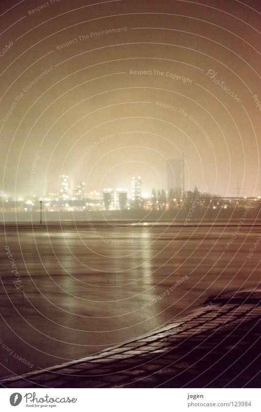 Wenn es dunkel wird am Rhein I schwarz Küste grau Wasserfahrzeug Nebel Elektrizität Industrie Fluss erleuchten Rauch Stahl Schornstein Scheinwerfer Zunge Topf
