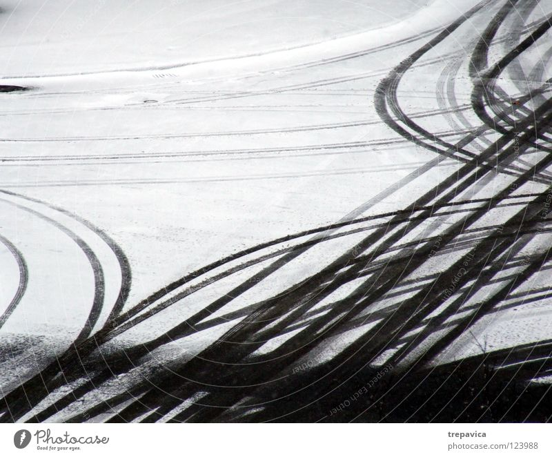 fahrspuren II Winter weiß grau Jahreszeiten Schneedecke Schneespur Spuren Winterdienst fahren Hintergrundbild Autofahren Reifenspuren Fahrbahn Neuschnee Fußspur