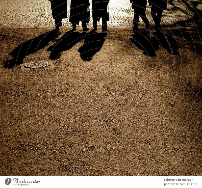 sonnensucher Mensch Mann Sonne Winter schwarz Straße Wege & Pfade Sand Menschengruppe Park Erde Freizeit & Hobby Spaziergang Kies Pflastersteine Lebenslauf