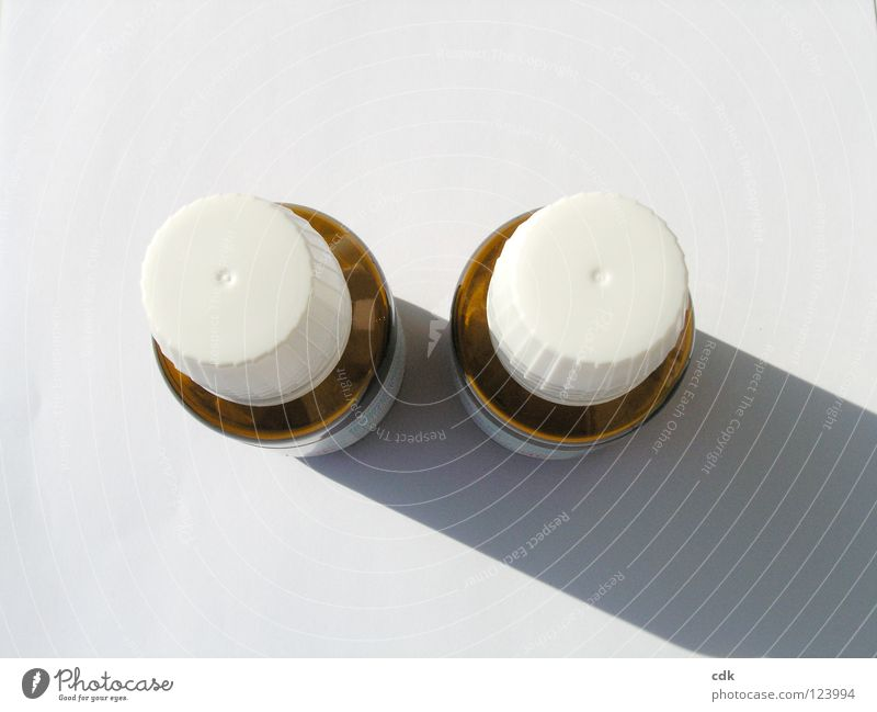 zwei mit schlagschatten nebeneinander Gesundheitswesen Medikament klein Vogelperspektive weiß braun einfach Licht Schlagschatten Schraubverschluss Flasche Glas