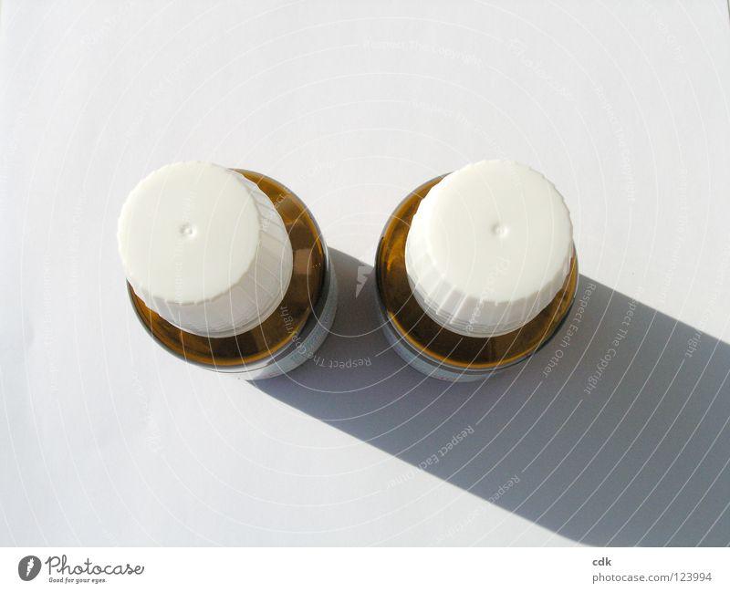 zwei mit schlagschatten weiß Farbe klein braun Gesundheit Glas Gesundheitswesen paarweise einfach Flasche Stillleben Medikament Tablette Objektfotografie Pharmazie Schattenseite