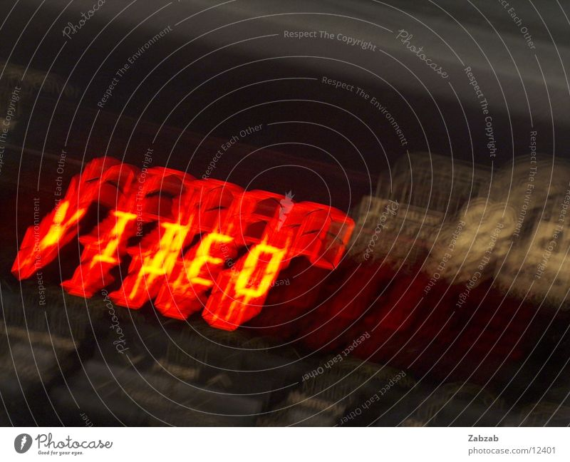 video Video rot Ziffern & Zahlen Licht Elektrisches Gerät Langzeitbelichtung Buchstaben gelb schwarz dunkel Fernsehen DVD-ROM Innenaufnahme Entertainment