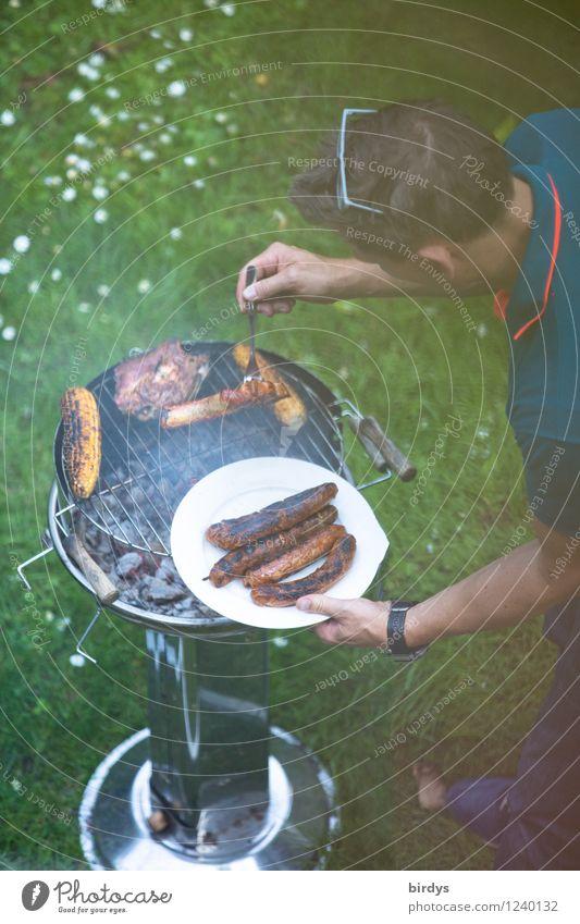 Männersache Fleisch Wurstwaren Maiskolben Grillen Teller Freizeit & Hobby Sommerurlaub Essen Feste & Feiern Mann Erwachsene Vater 1 Mensch 30-45 Jahre