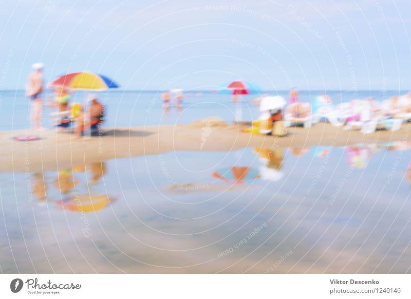 Urlauberleute an einem Tag im Sommerseestrand Himmel Natur Ferien & Urlaub & Reisen blau schön weiß Sonne Meer Strand natürlich Lifestyle Sand Tourismus Tisch
