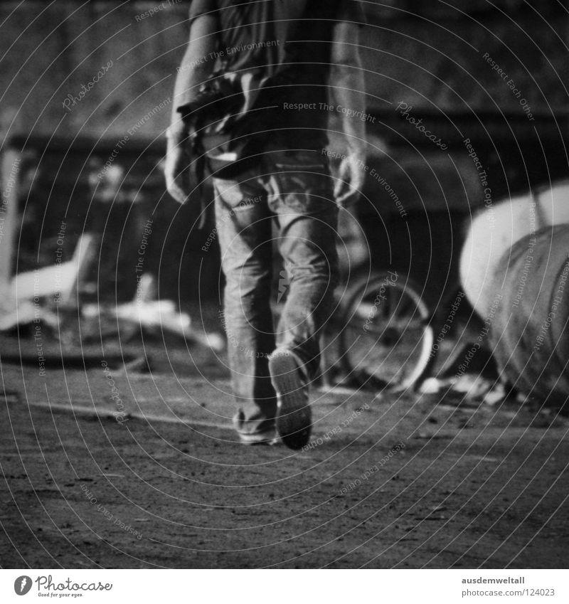 ::Kopflos:: schwarz weiß Mann maskulin Schuhe Hose T-Shirt Tasche verfallen Gelände Sommer Physik kopflos Müll Industrie Schwarzweißfoto laufen Beine Arme