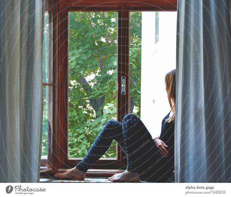 . Schlafzimmer feminin Junge Frau Jugendliche Erwachsene Leben 18-30 Jahre Neugier Sehnsucht Fernweh Fensterblick Aussicht Sommer verträumt ruhig Erholung