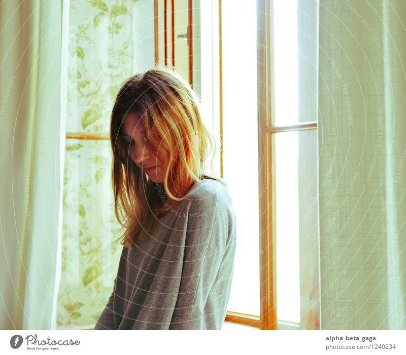 . Wohnung Raum feminin Junge Frau Jugendliche Erwachsene 18-30 Jahre Sommer Fenster Hoffnung Idylle Denken Farbfoto Innenaufnahme Oberkörper Halbprofil Wegsehen