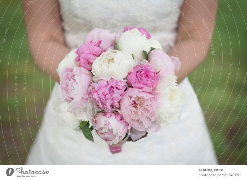 Brautstrauß Kleid hell Gefühle Glück Fröhlichkeit Vorfreude Zusammensein Liebe Hochzeit Blumenstrauß Pfingstrose Farbfoto Außenaufnahme Tag