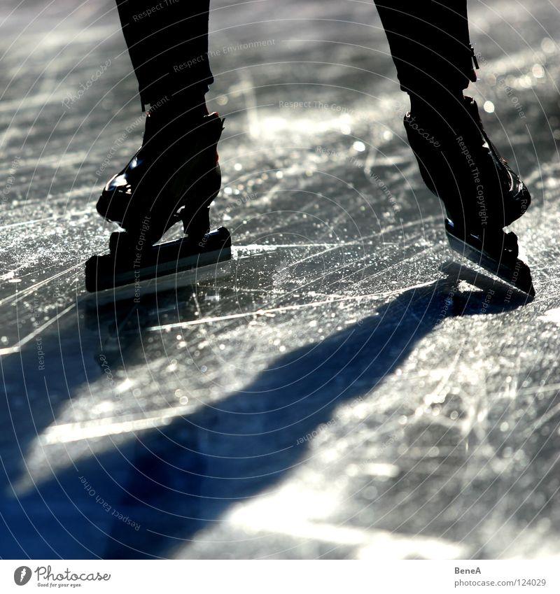 Skäting Schlittschuhe Schlittschuhlaufen Licht Silhouette dunkel weiß schwarz Wintersport Eis Sonne Schatten Kontrast hell