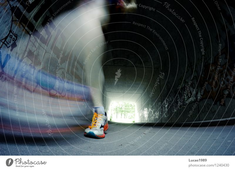 Schnell wie der Blitz Mensch Straße Graffiti Sport Beine Fuß springen Kraft Schuhe laufen Geschwindigkeit Fitness Laufsport sportlich rennen Sport-Training