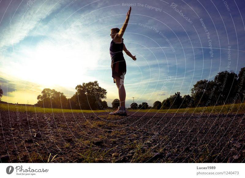 Die Sonne genießen Mensch Himmel Natur Jugendliche Mann Sommer Junger Mann 18-30 Jahre Erwachsene Umwelt Wärme Wiese Sport Park maskulin Arme