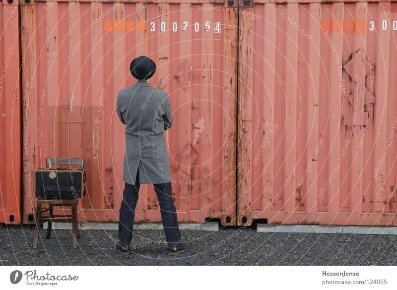 Person 19 Religion & Glaube Hoffnung Zeit Koffer rot Götter Mantel frieren Einsamkeit Trauer Verzweiflung Moral Container warten Stuhl Hut Melone Schriftzeichen