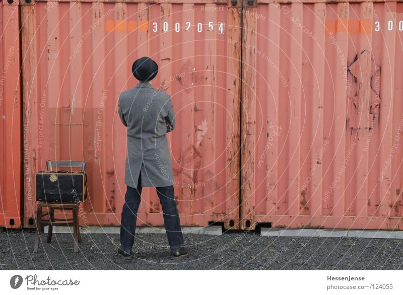 Person 19 rot Einsamkeit Religion & Glaube warten Zeit Hoffnung Trauer Stuhl Schriftzeichen Hut Verzweiflung frieren Koffer Mantel Trennung Gott